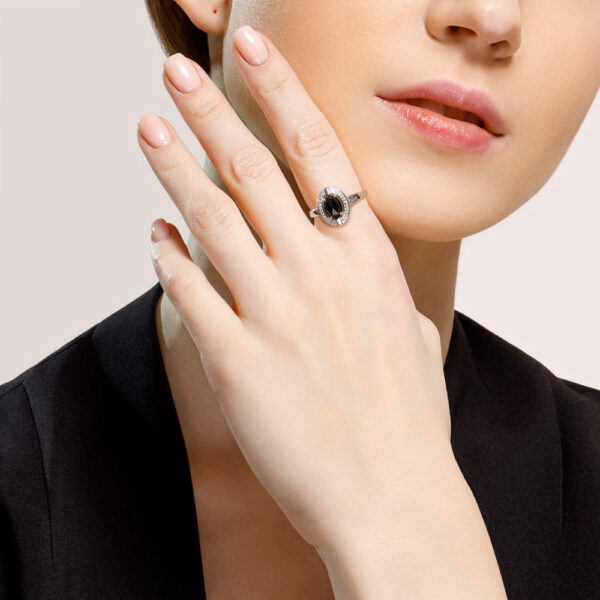 Кольцо из серебра с чёрным агатом и фианитами на пальце